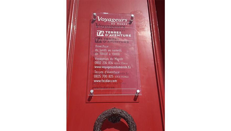 Plaque plexi avec décoration adhésive 1 couleur et fixation par entretoise et caches vis